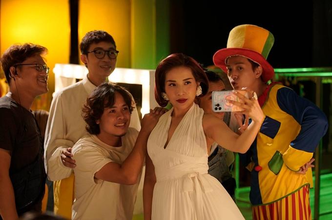 Đạo diễn Lê Thiện Viễn cùng hai diễn viên Khả Như, Ngô Kiến Huy ở phía sau máy quay.