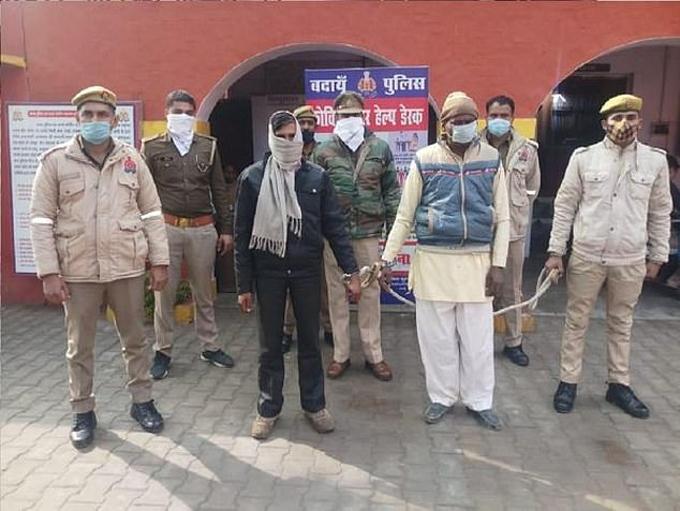 Hai trong số ba nghi phạm hiếp dâm, giết người bị cảnh sát Budaun, bang Uttar Pradesh bắt giữ. Ảnh: India Today.