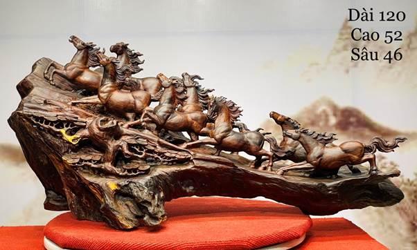 Bát mã cẩm - ngựa gắn liền với hình ảnh xông pha trận mạc, vào sinh ra tử với các chiến binh. Do đó, ngựa được coi là chiến mã, tượng trưng cho thần tốc, sự dũng mãnh và lòng kiên hãnh.