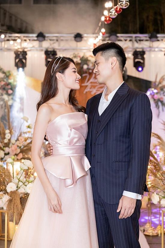 Thuỳ Dung bên cạnh bạn trai tại đám cưới chị gái cuối tháng 12.