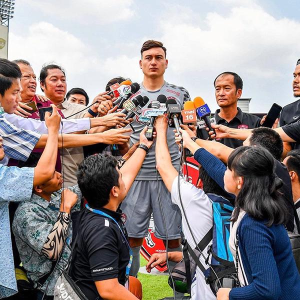 Văn Lâm được truyền thông Thái Lan vây quanh khi ra mắt Muangthong United hồi đầu năm 2019. Ảnh: Instagram.