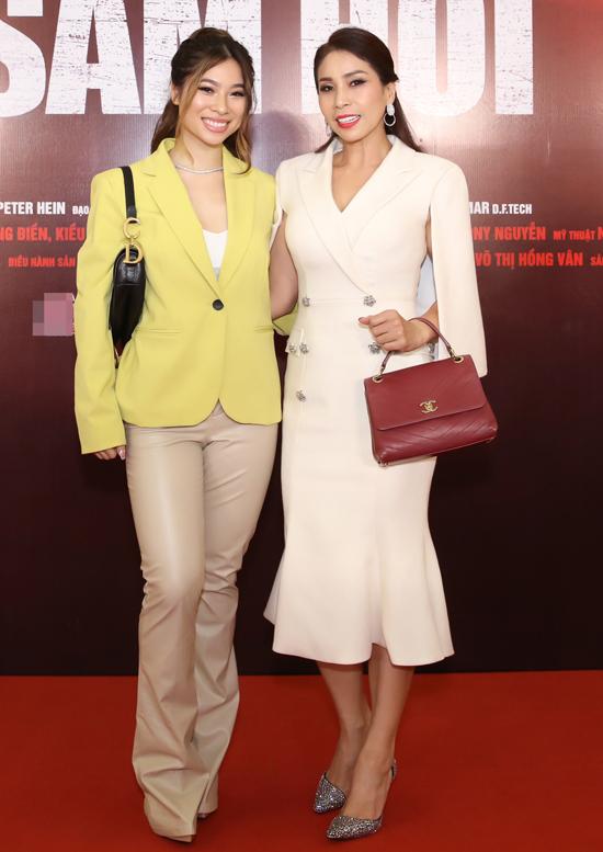 Diễn viên Lý Hương mặc thanh lịch đi xem phim cùng con gái.