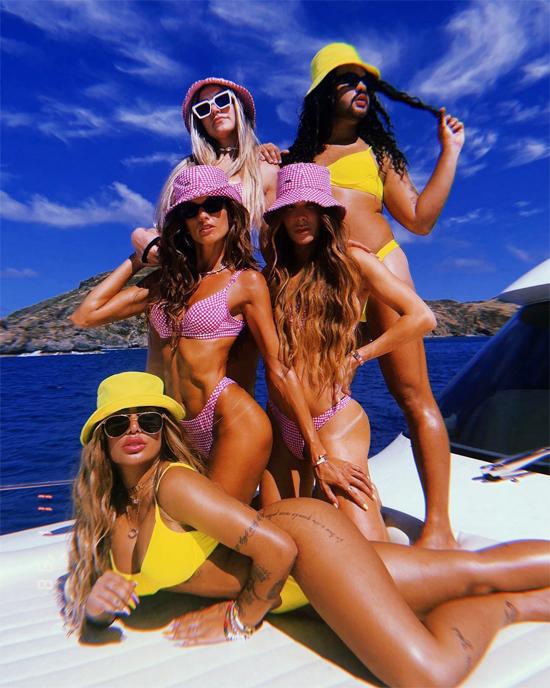 Băng đảng của tôi, em gái Neymar chú thích ảnh tạo dáng cùng nhóm bạn. Rafaella nổi bật với bộ đồ bơi màu vàng nằm dài ở boong bên 4 người bạn. Siêu mẫu Izabel Goulart ngồi ngày phía sau Rafaella khéo khoe cơ bụng săn chắc.