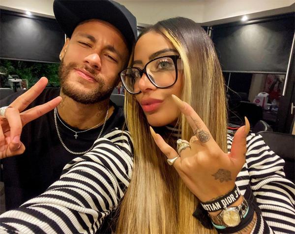 Neymar và em gái kém 4 tuổi thân thiết và gần gũi với nhau. Hai anh em có hình xăm đôi và thường xuyên chia sẻ những khoảnh khắc tình cảm.