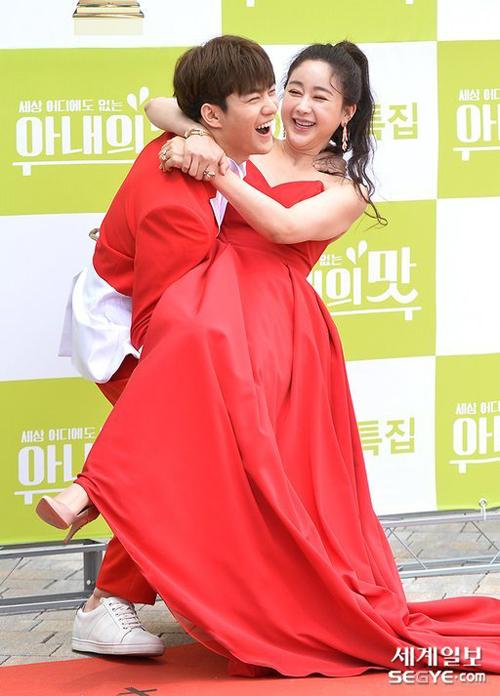Jin Hua cười vui vẻ khi vận nội công bế bà xã. Trong suốt show thực tế, anh cho thấy mình là một ông chồng hiền lành, yêu thương vợ con.