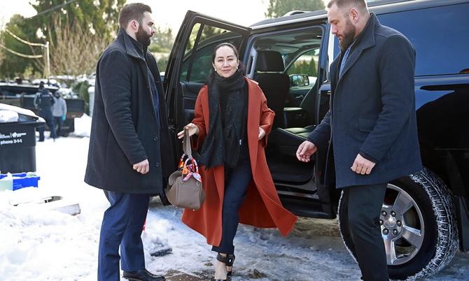 Các nhân viên an ninh riêng do bà Meng thuê từ hãng Lions Gate Risk Management hộ tống bà ra khỏi xa tại nhà riêng vào ngày 17 tháng 1 năm 2020. Ảnh: AP.