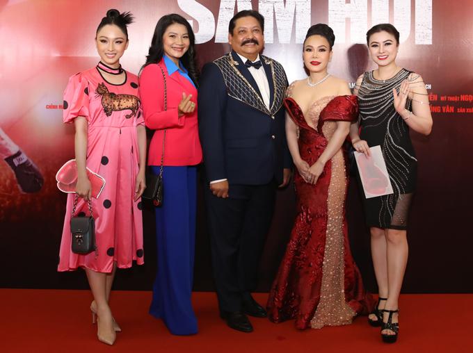 Hoa hậu Trương Hồ Phương Nga (váy hồng), diễn viên Kiều Trinh (thứ hai từ trái qua) cũng dự sự kiện tối 12/1.