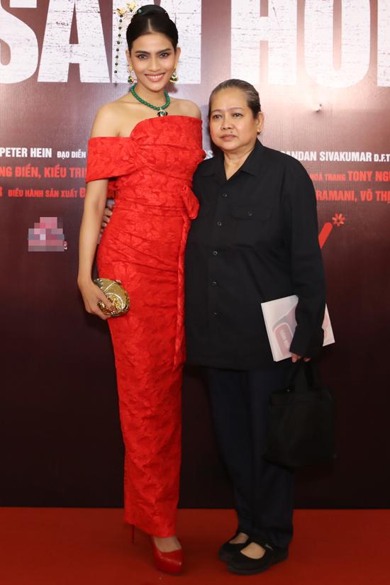 Á hậu Trương Thị May được mẹ tháp tùng tới sự kiện điện ảnh tối 12/1.