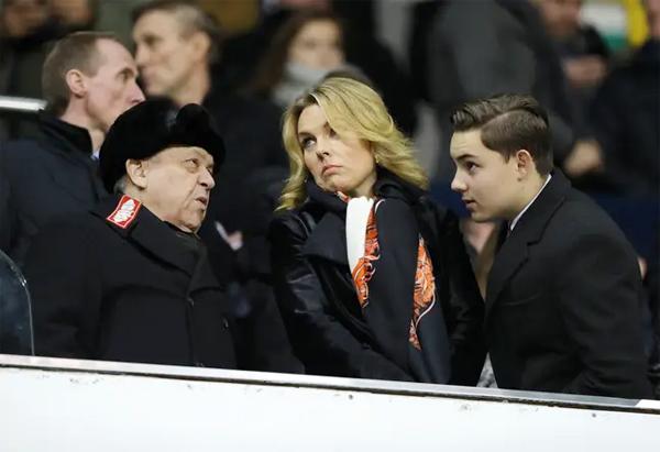 Chủ tịch West Ham bên người tình Vorley và cậu con trai Jack thường đến sân cổ vũ đội bóng. Ảnh: SBB.