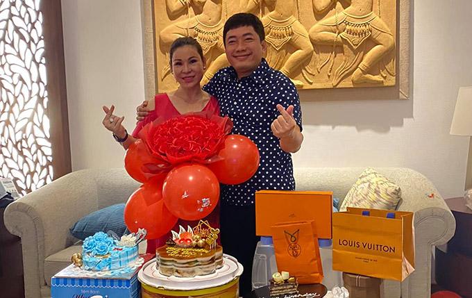 Kinh Quốc tổ chức sinh nhật cho bà xã tại Nha Trang. Vợ chồng anh đã gắn bó hơn 10 năm nhưng tình cảm vẫn mặn nồng như ngày đầu.