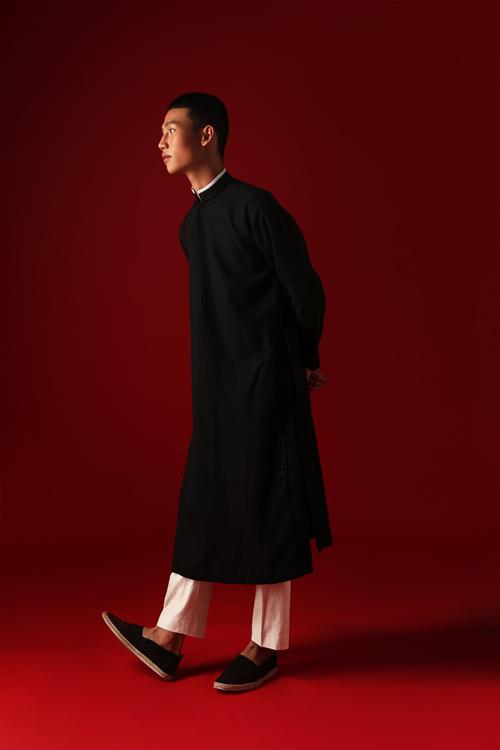 Cùng với các mẫu sơ mi phù hợp tiết trời xuân hè miền Nam, trang phục áo dài cũng được giới thiệu để nêu bật chủ đề Quê hương mình ở bộ sưu tập này.