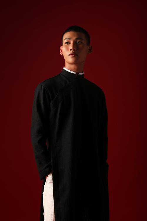 Áo dài Tết Tân Sửu dành cho phái mạnh được lấy cảm hứng từ phom dáng của áo ngũ thân triều Nguyễn.