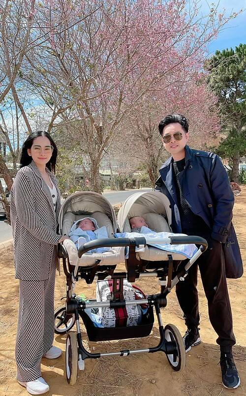 Vợ chồng Dương Khắc Linh và hai con song sinh pose ảnh bên hoa anh đào khi du lịch ở Đà Lạt.