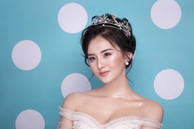 Layout tiếp theo là kiểu makeup trong trẻo, ngọt ngào - vốn là thế mạnh của Trang Sun và là hot trend chưa có dấu hiệu hạ nhiệt trong vài năm trở lại đây, giúp tôn vẻ đáng yêu, thanh tú của cô dâu mới.