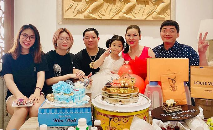Dự sinh nhật vợ Kinh Quốc còn có một số bạn bè thân thiết với vợ chồng anh.