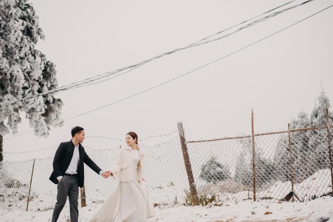 Lần đầu tiên chịu cái lạnh chỉ từ -4 đến -1 độ C ở Y Tý, váy cưới của cô dâu thậm chí đóng băng, cả nhóm gặp không ít trở ngại. Nhưng vì niềm tin rằng sẽ có được bộ ảnh đẹp nên hầu như mọi khó khăn, vất vả với chúng tôi đều tan biến, nhiếp ảnh gia nói.