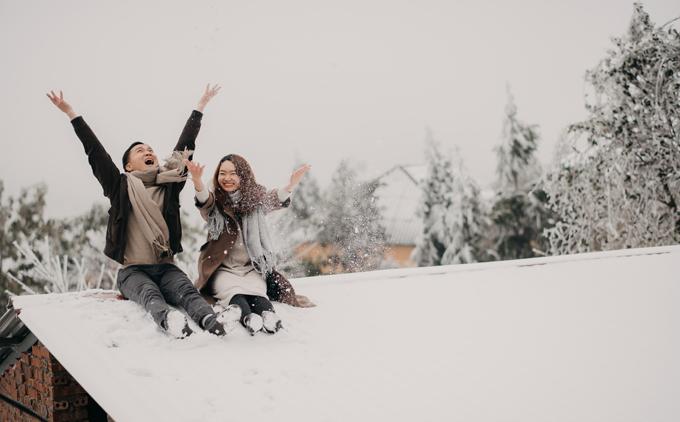 Sáng 11/1 khi nhiệt độ chỉ còn -1 độ C, băng tuyết phủ trắng tại Y Tý, Lào Cai, cô dâu Linh và chú rể Thương đến từ Hà Nội đã may mắn thực hiện được bộ ảnh cưới lãng mạn.