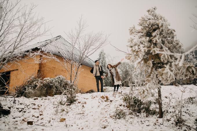 Nhiếp ảnh gia Long Moon - tác giả của bộ ảnh chia sẻ: Chúng tôi đã thực hiện bộ ảnh cưới cho cô dâu chú rể ở Hà Giang nhưng tôi chưa thực sự ưng ý lắm, cộng thêm tính tôi khá cầu toàn nên ấp ủ sẽ thực hiện thêm cho cô dâu, chú rể một bộ ảnh khác. Sau đó, khi nghe tin dự báo về cơn mưa tuyết đầu tiên của năm 2021, anh Long Moon đã quyết tâm cùng uyên ương săn tuyết đầu mùa.