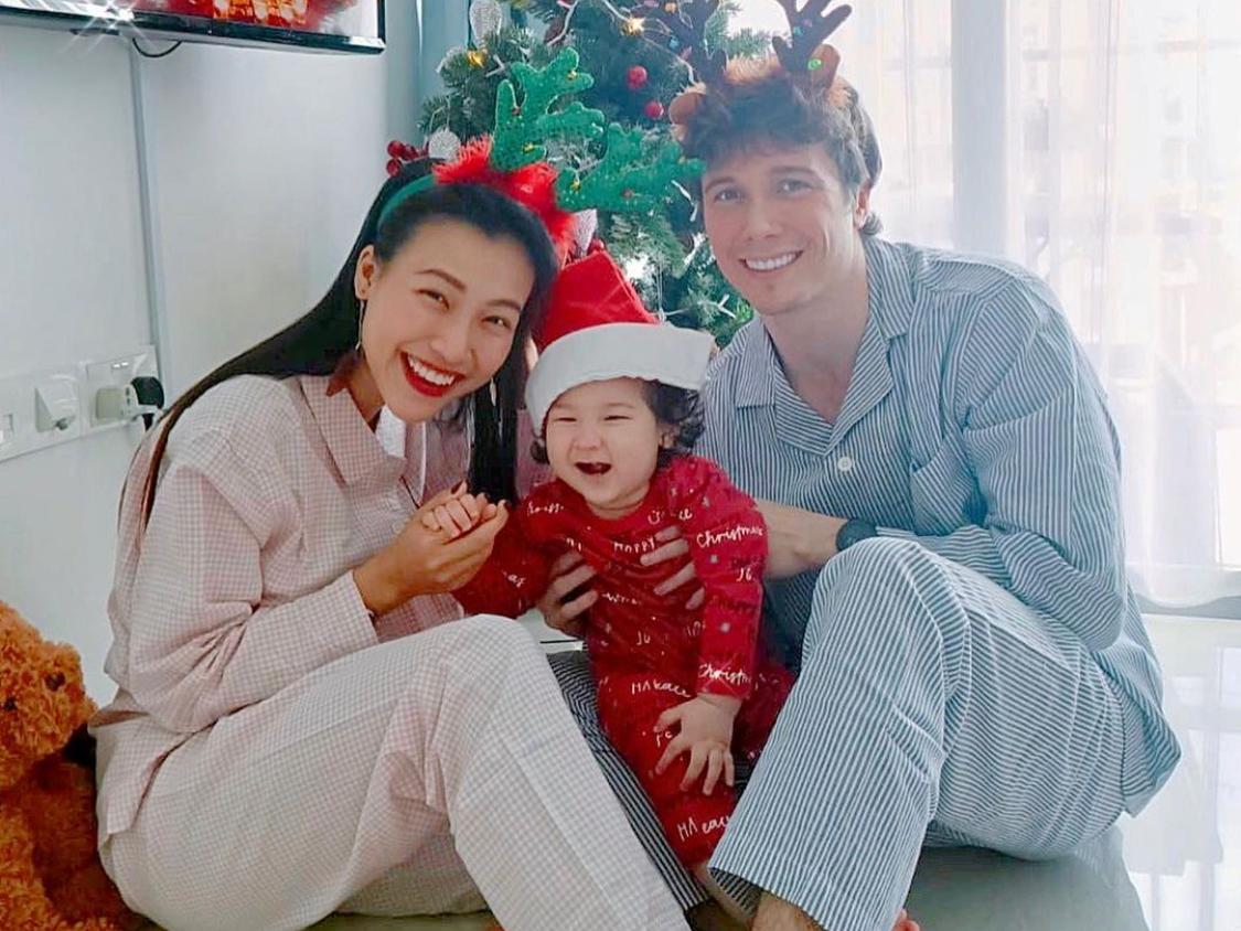 Tổ ấm của Hoàng Oanh tràn ngập niềm vui, tiếng cười ngày lễ Giáng sinh. Dịp này, em gái Hoàng Oanh sang Singapore, giúp á hậu cảm thấy ấm cúng hơn.
