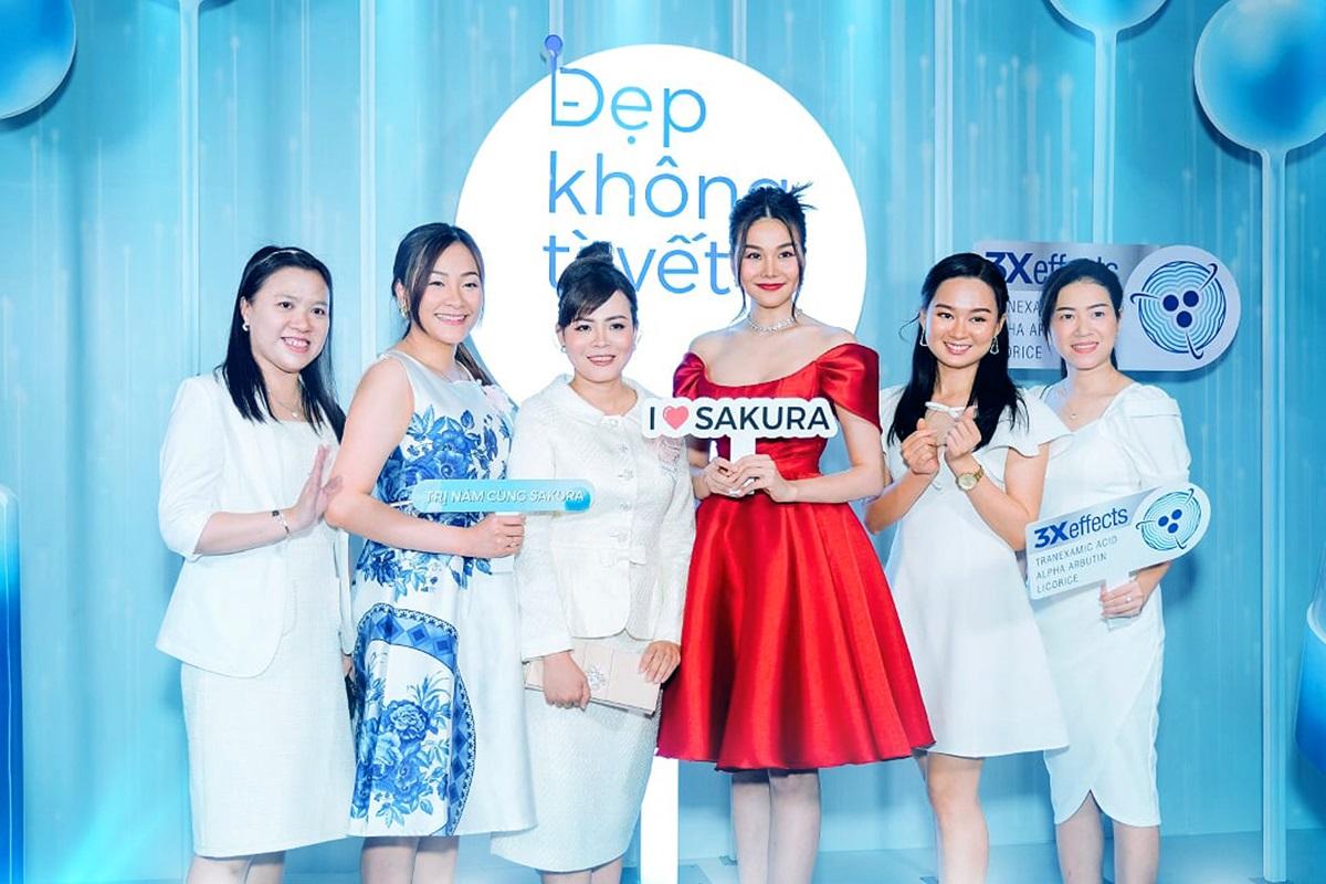 Siêu mẫu Thanh Hằng đã có 2 năm đồng hành cùng thương hiệu Sakura. Cô có cơ duyên quen biết với chị Trương Thị Nguyệt (bìa trái) thông qua một bác sĩ da liễu.