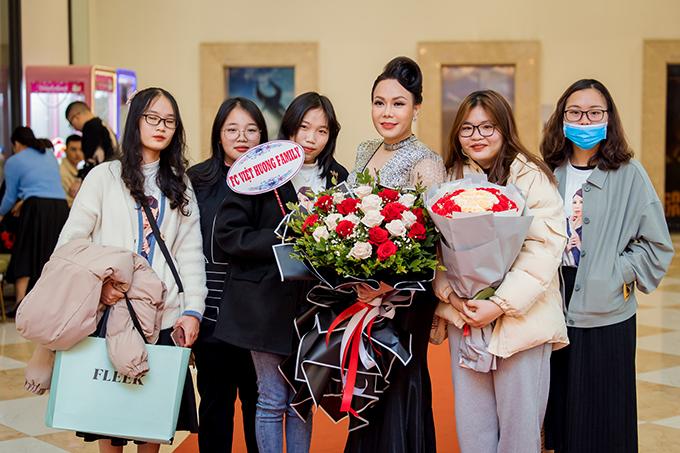 Nhiều người hâm mộ chờ sẵn, mang theo hoa để chúc mừng Việt Hương ra phim mới.