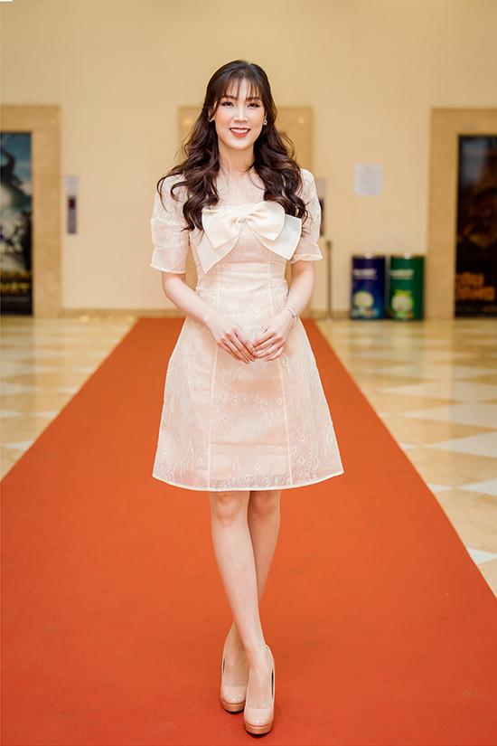 Hoa hậu Áo dài Phí Thùy Linh.