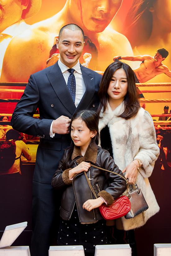 Vợ và con gái chúc mừng Nam vương Văn Sơn. Anh vào vai một võ sĩ, đối đầu với Bình Minh trong phim.