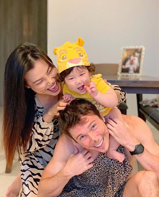 Dù chỉ có ba thành viên lẻ loi ở Singapore, vợ chồng Hoàng Oanh cố gắng tạo nhiều hoạt động vui chơi cho con trai nhỏ như tết trung thu, halloween. Trong ảnh, cả nhà chọn chủ đề Tarzan và rừng xanh hoá trang dịp Halloween.