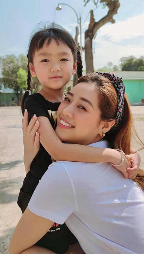 Khánh Vân được cháu gái gọi là hoàng hậu vì xem phim hoạt hình có nhân vật đó, còn hoa hậu cháu chưa hiểu là gì.