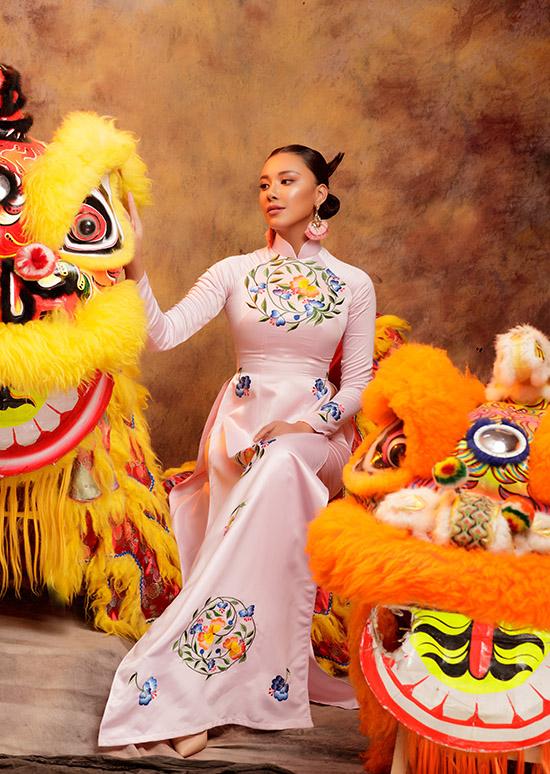 Người đẹp 26 tuổi chia sẻ, áo dài là trang phục không thể thiếu của cô trong các dịp lễ, Tết và các sự kiện quan trọng.