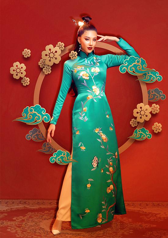 Sưu tập Duyên xuân của Đức Vincie gồm các mẫu thiết kế cổ cao tay dài truyền thống, điểm nhấn là hoạ tiết hoa lá nhấn nhá vừa phải ở thân áo và tay áo.