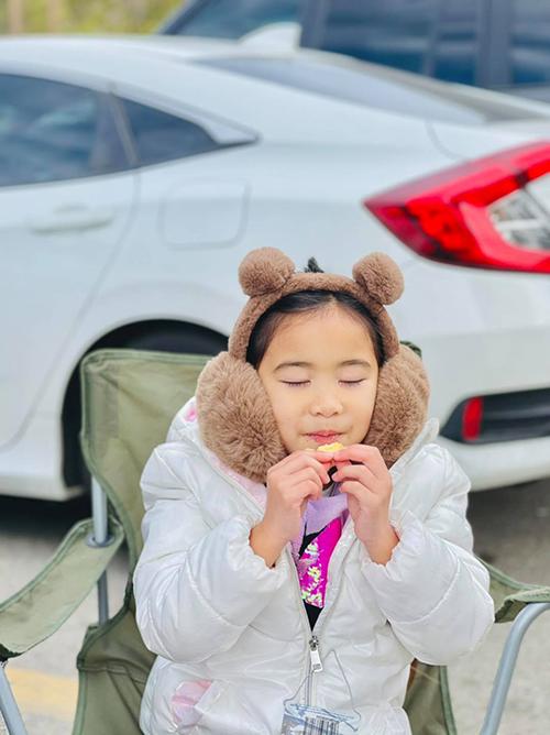 Yvona như bản sao của mẹ từ gương mặt đến tính cách. Cô bé nói hai ngôn ngữ tiếng Anh và tiếng Việt.