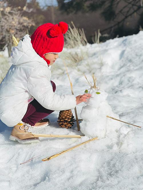 Khi mẹ ngồi nghỉ và bố dạy anh hai trượt tuyết, Yvona ngồi đắp tượng và nghĩ ra những câu chuyện thú vị xung quanh người tuyết mà bé vừa hoàn thành.