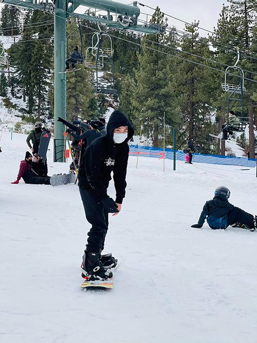Nhưng sau đó, cậu bé đã lướt đi một cách linh hoạt trên ván trượt và trượt không nghỉ cả buổi vì quá thích thú.