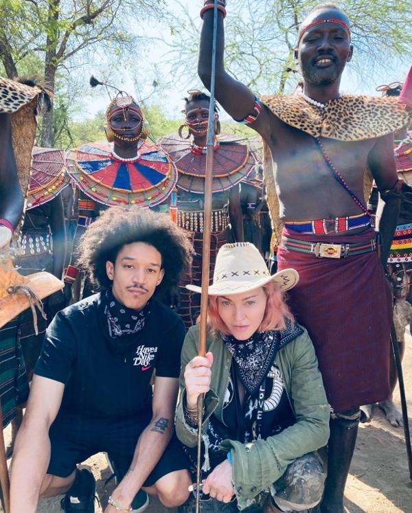 Cặp đôi đến thăm một bộ lạc ở Kenya.