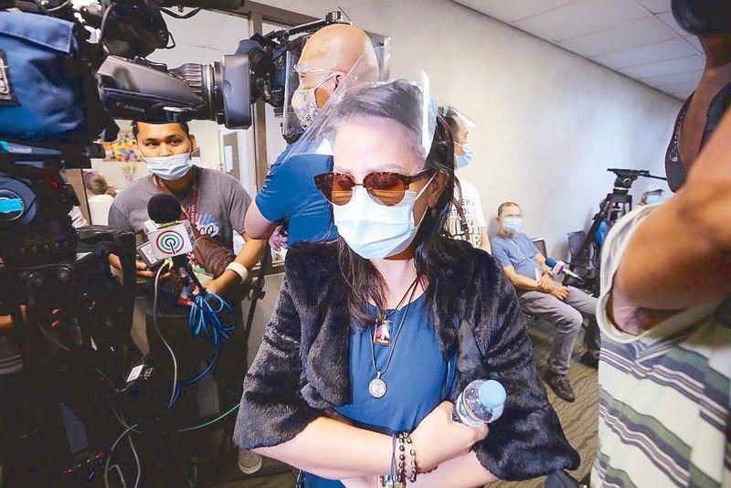Mẹ Dacera trong vòng vây báo chí hôm 13/1.