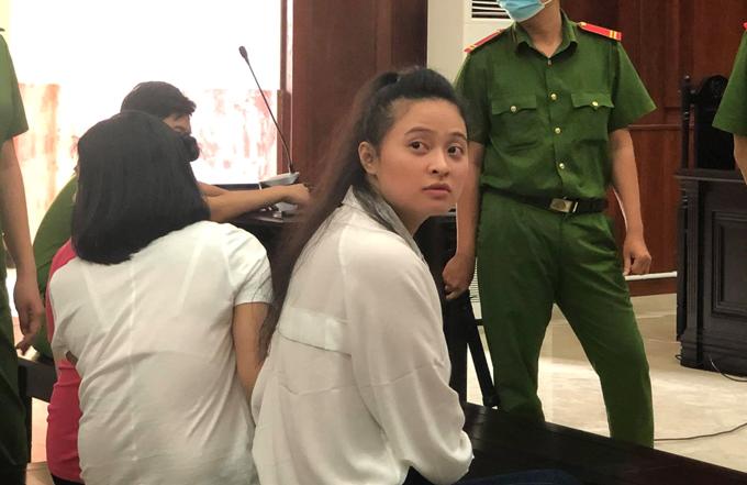Ngọc Miu đưa mắt tìm người thân trước khi phiên xét xử sáng 14/1 bắt đầu.