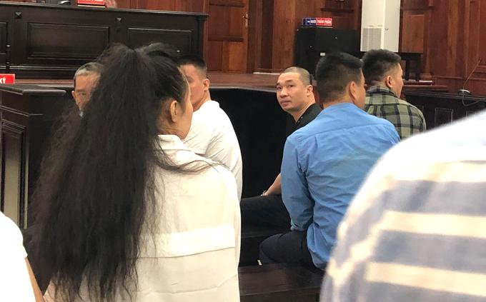 Văn Kính Dương ngoái lại nói chuyện với Ngọc Miu trước khi phiên tòa xét xử.