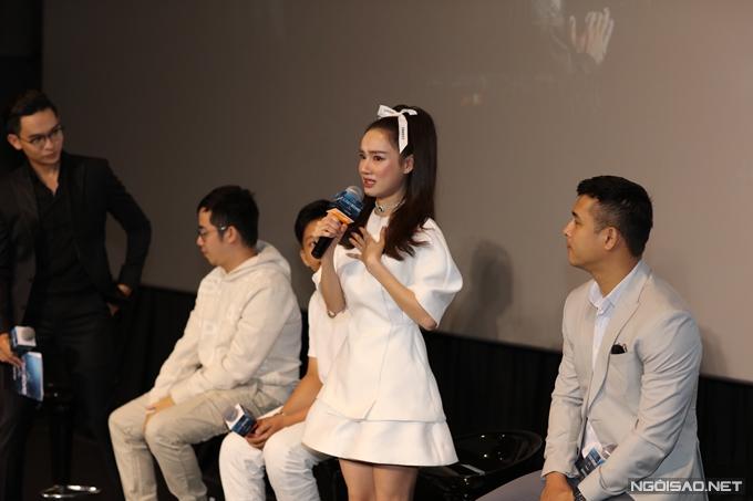Nhã Phương khóc vì đi trễ trong buổi họp báo phim Song song.