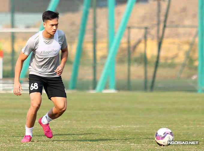 Bùi Hoàng Việt Anh cũng tham gia buổi tập sau khi trở về từ TP HCM. Trung vệ 22 tuổi giành danh hiệu Cầu thủ trẻ xuất sắc tại gala Quả bóng vàng.