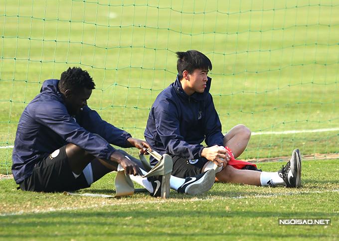 Tiền vệ Moses cũng phải tập hồi phục cùng Duy Mạnh. Bên cạnh đó, trong trận gặp Nam Định sắp tới, CLB Hà Nội còn không có sự phục vụ của Thành Chung vì chấn thương.