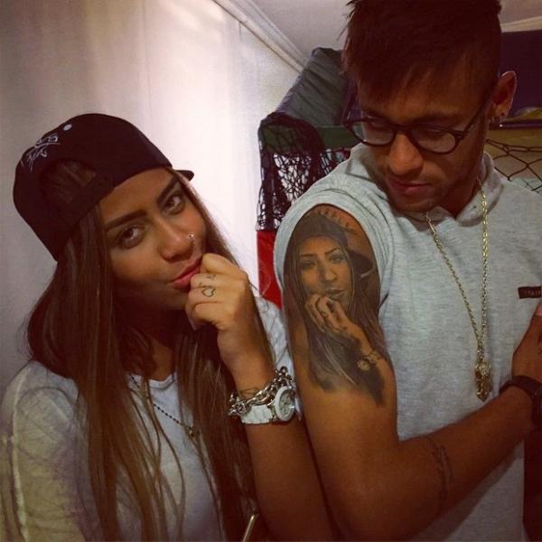 Rafaella Beckran là em gái tiền đạo Neymar. Hai anh em siêu sao PSG rất gắn bó và thân thiết. Chân sút người Brazil và em gái có hình xăm đôi, thậm chí xăm cả chân dung của nhau lên người.