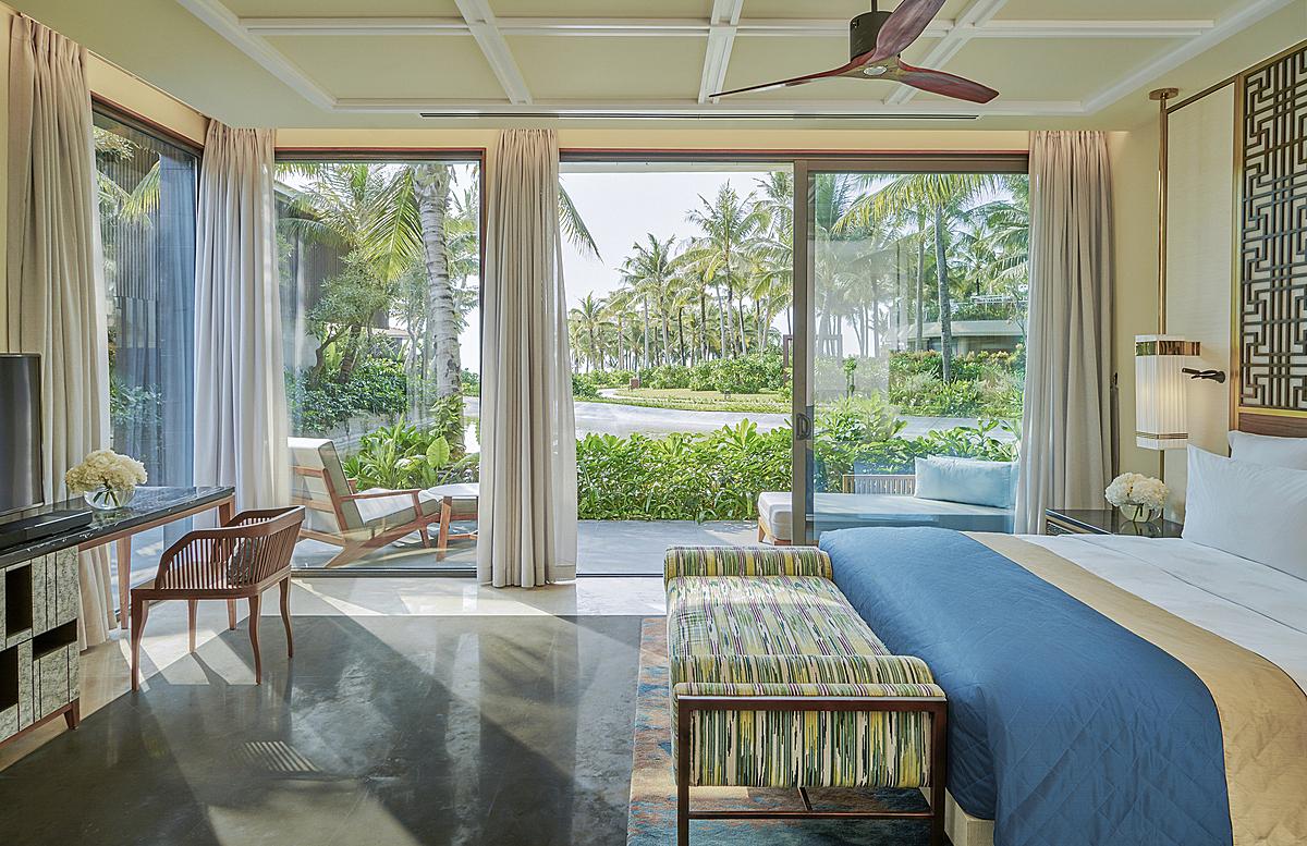 Tại InterContinental Phu Quoc, năm căn biệt thự nằm bên bờ biển được mệnh danh là thiên đường của sự riêng tư được ôm ấp bởi thiên nhiên yên bình. Với diện tích từ 900 đến 1.300 m2, bao gồm khuôn viên đầy cây xanh, hồ bơi riêng và vườn cây ngập nắng, các biệt thự 3 và 4 phòng ngủ mang đến cho du khách không gian và thời gian nghỉ dưỡng hấp dẫn.