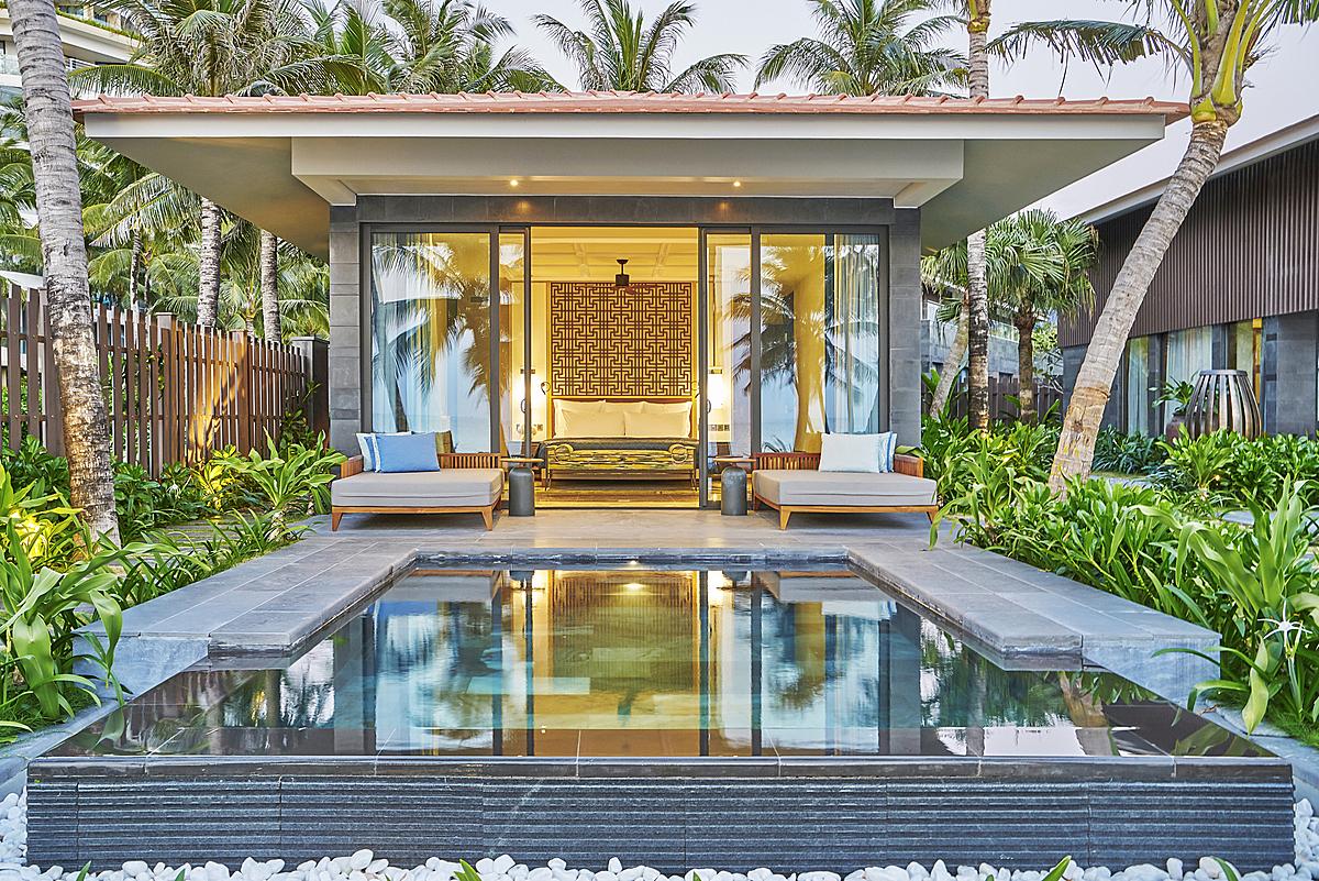 Các biệt thự tại InterContinental Phu Quoc Long Beach Resort (ở Bãi Trường, Phú Quốc) nằm bên hồ sen mênh mông và nép mình ở một góc vườn yên tĩnh, mang đến cảm giác yên bình và riêng tư cho những ngày nghỉ dưỡng dài ngày của gia đình và nhóm bạn. Cảm hứng từ thiên nhiên và biển cả với những chi tiết trang trí vừa hiện đại, vừa gắn liền văn hóa địa phương là nét chủ đạo trong kiến trúc của các căn biệt thự 3 phòng và 4 phòng tại đây.