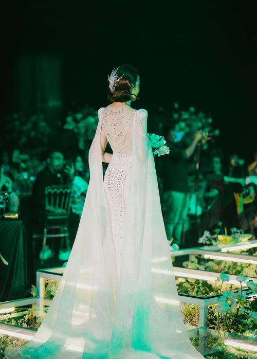 Phom váy ôm đuôi cá, còn tay áo biến thành tà phụ khiến từng bước đi của cô dâu uyển chuyển trên lễ đường.