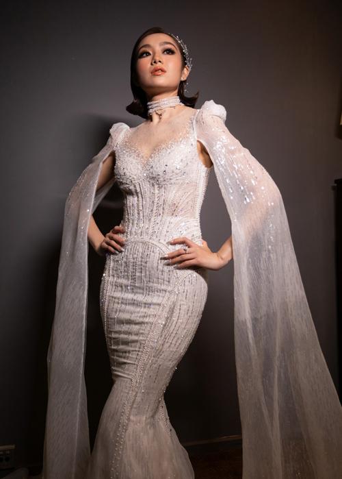 Mặt trước của váy thể hiện rõ phần cầu vai độn. Nhóm thiết kế sử dụng cổ illusion để giúp tôn nét đẹp gợi cảm nơi vòng một của tân nương, đính kết hạt lấp lánh. Từng chi tiết được tính toán tỉ mỉ sao cho bộ cánh giúp nàng tỏa sáng nhất có thể.