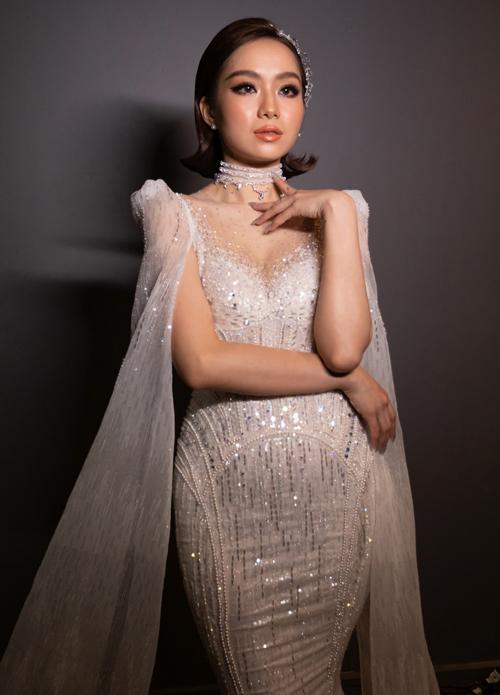 Trong ngày vui của cuộc đời, Ninh Thảo đã chi tiền mua một bộ váy cưới thuộc dòng haute couture chỉ được sản xuất 5 chiếc mỗi năm để đảm bảo độ tinh xảo, chuyên biệt và tỉ mỉ, có giá trị 400 triệu đồng. Mẫu đầm được đặt theo tên của chính cô dâu, đính Swarovski dọc thân.