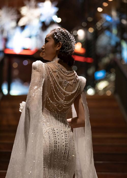 Thiết kế độc quyền, chỉ dành riêng cho Ninh Thảo được tập trung nơi mặt lưng, đính kết hạt, chuỗi hạt như các vòng trang sức nối tiếp nhau.
