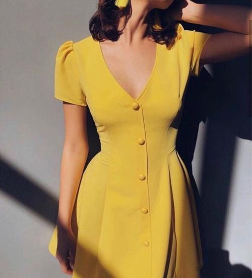 Váy cổ chữ V, tay bồng với đường nét mang đặc trưng của dòng thời trang calssic cho các bạn gái yêu sự hoài cổ.