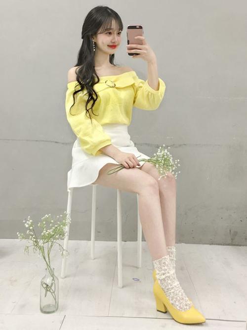 Sắc màu tông nhạt còn được thể hiện trên các mẫu trang phục đậm chất bánh bèo và phù hợp với các bạn gái thích style tiểu thư, công chúa.